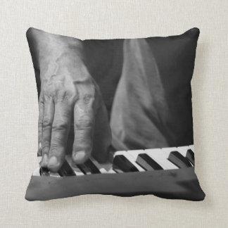 mano que juega música del varón del bw del teclado cojines