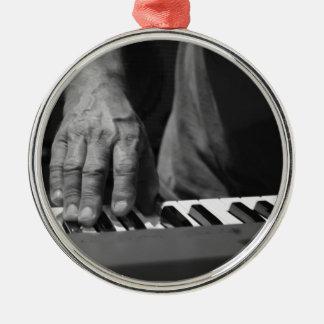 mano que juega música del varón del bw del teclado adornos