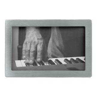 mano que juega música del varón del bw del teclado hebilla cinturón rectangular