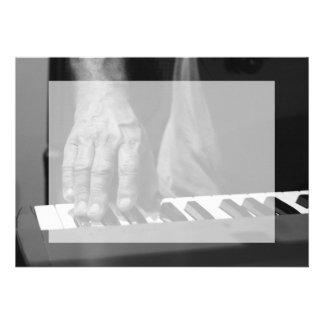 mano que juega música del varón del bw del teclado invitacion personal