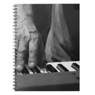 mano que juega música del varón del bw del teclado libro de apuntes