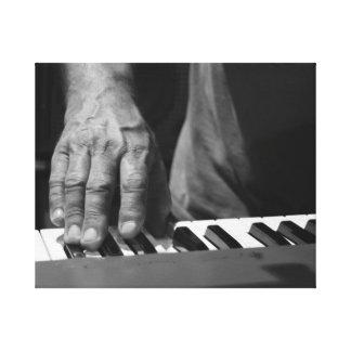 mano que juega música del varón del bw del teclado lona estirada galerías