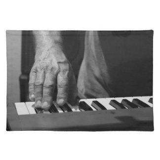 mano que juega música del varón del bw del teclado manteles