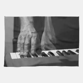 mano que juega música del varón del bw del teclado toallas de cocina