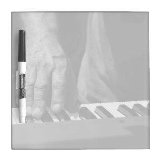 mano que juega música del varón del bw del teclado pizarras blancas de calidad