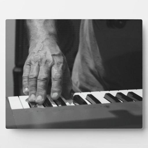 mano que juega música del varón del bw del teclado placa de madera