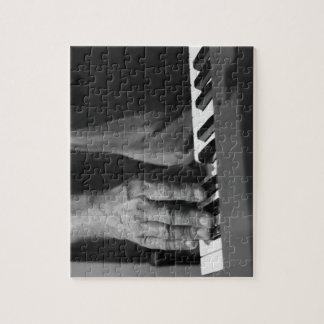 mano que juega música del varón del bw del teclado rompecabeza con fotos