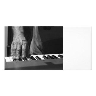 mano que juega música del varón del bw del teclado tarjetas fotograficas personalizadas