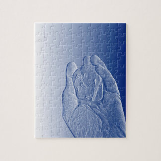 mano que lleva a cabo el extracto azul aumentado rompecabezas con fotos