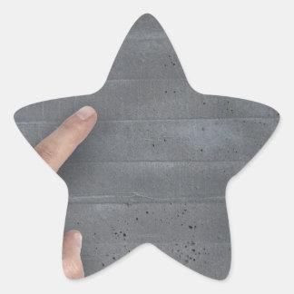 Mano que muestra concepto en plantilla del espacio pegatina en forma de estrella