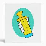 Mano que sostiene el biberón amarillo abstracto