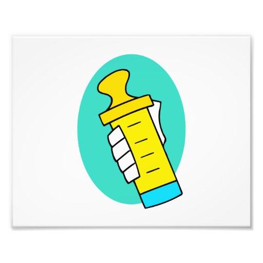 Mano que sostiene el biberón amarillo abstracto impresión fotográfica