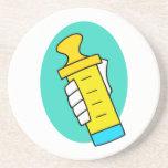 Mano que sostiene el biberón amarillo abstracto posavasos cerveza