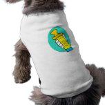 Mano que sostiene el biberón amarillo abstracto camiseta de perro