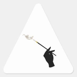 Mano que sostiene el cigarrillo calcomanías triangulos personalizadas