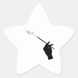 Mano que sostiene el cigarrillo pegatina forma de estrella personalizada