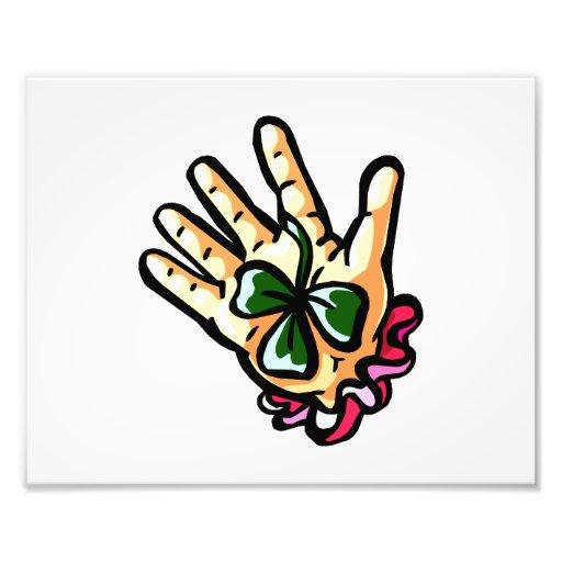mano que sostiene tres la hoja clover.png afortuna impresión fotográfica