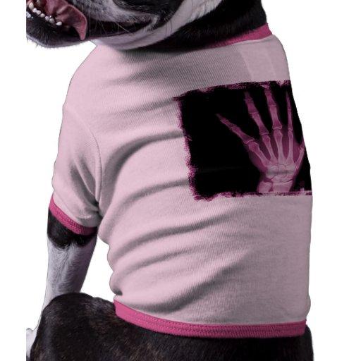 Mano rosada del esqueleto de la radiografía camiseta con mangas para perro