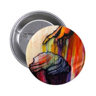 Mano sucia de la pintura del arco iris que alcanza pin redondo de 2 pulgadas