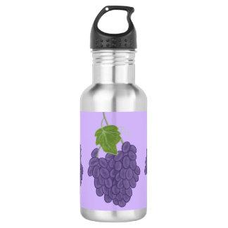 Manojo de botellas de agua púrpuras de las uvas