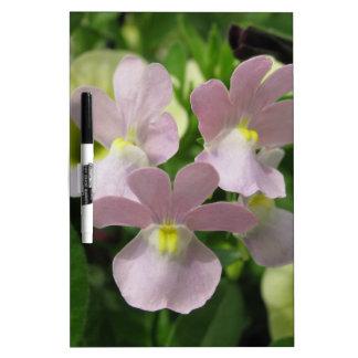 Manojo de flores blancos delicados que soplan el v pizarras blancas de calidad