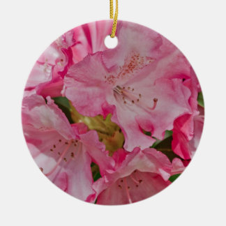 Manojo de flores salvajes rosadas adorno navideño redondo de cerámica