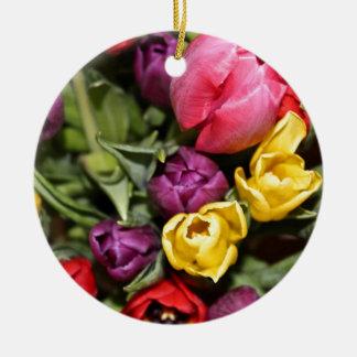 Manojo de ramo de los tulipanes adorno redondo de cerámica