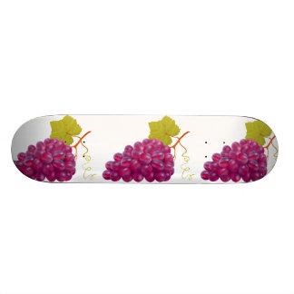 Manojo delicioso de uvas rojas tabla de skate