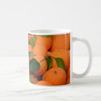 Manojo precioso de naranjas taza de café