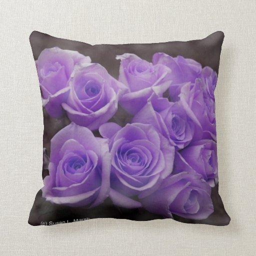 Manojo subió colorized púrpura cojín decorativo
