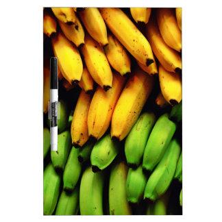 Manojo vibrante del plátano pizarra blanca