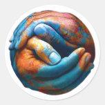 Manos abrochadas que forman paz de mundo de la pegatina redonda