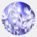 Manos amigas azules metálicas pegatina redonda