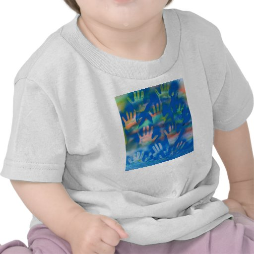 Manos anaranjadas en un fondo azul camiseta