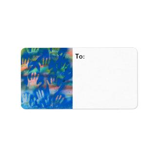 Manos anaranjadas en un fondo azul etiquetas de dirección
