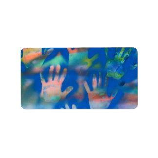 Manos anaranjadas en un fondo azul etiqueta de dirección