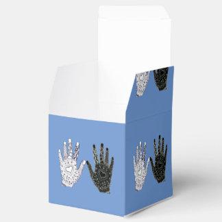Manos blancos y negros de la amistad caja para regalo de boda