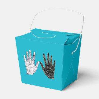 Manos blancos y negros de la amistad cajas para detalles de boda