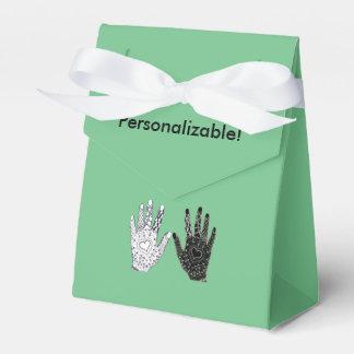 Manos blancos y negros de la amistad cajas para regalos de fiestas