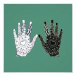 Manos blancos y negros de la amistad invitación 13,3 cm x 13,3cm