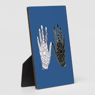 Manos blancos y negros de la amistad placas con fotos