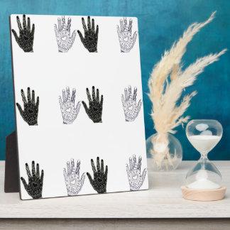 Manos blancos y negros de la amistad placas de madera