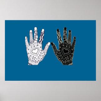 Manos blancos y negros de la amistad póster