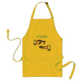 Manos chistosas del cocinero con el delantal de