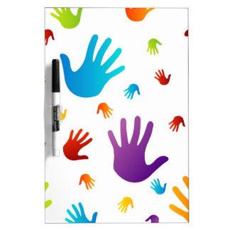 manos coloridas pizarra blanca