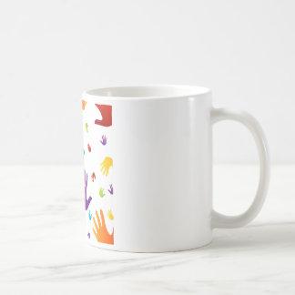 manos coloridas taza de café