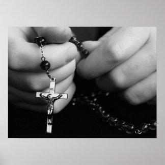 Manos con las gotas del rosario posters