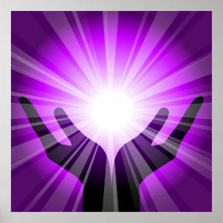 Manos curativas con energía púrpura por el healing póster