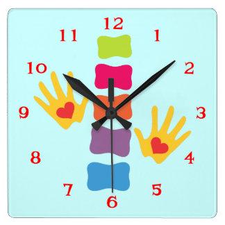 Manos de la quiropráctica y reloj de pared del log
