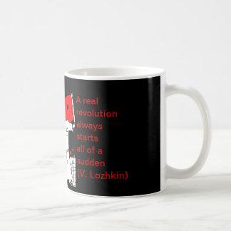 Manos de mi taza de café del bienestar